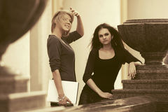 2 молодых женских студента на кампусе Стоковое фото RF