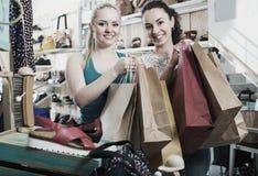 2 молодых жизнерадостных девушки ходя по магазинам совместно Стоковые Изображения RF
