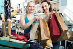 2 молодых жизнерадостных девушки ходя по магазинам совместно Стоковая Фотография RF