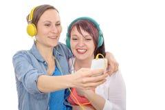 2 молодых испанских женщины принимая selfie Стоковые Изображения