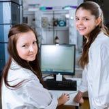 2 молодых исследователя унося эксперименты в лаборатории Стоковая Фотография RF