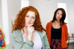 2 молодых кавказских женщины стоя в художественной галерее Стоковая Фотография RF