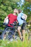 2 молодых кавказских профессиональных велосипедиста вместе с их Bi Стоковые Фото
