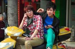 Pengzhou, Китай: 2 молодости сидя на мотоцикле Стоковые Изображения RF