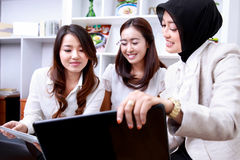 3 молодых коммерсантки обсуждая о их работе Стоковое Фото