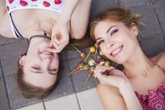2 молодых красивых белокурых девушки битника на летний день имея fu Стоковая Фотография RF