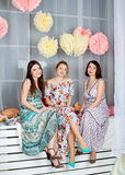 3 молодых красивых девушки в ярких покрашенных платьях Весна mo Стоковое Фото