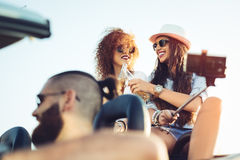 2 молодых красивых девушки делают фото себя в автомобиле с откидным верхом Стоковое Изображение RF