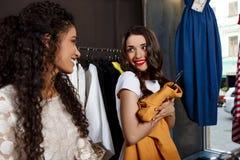 2 молодых красивых девушки делая покупки в моле Стоковые Изображения