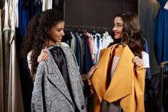 2 молодых красивых девушки делая покупки в моле Стоковая Фотография RF
