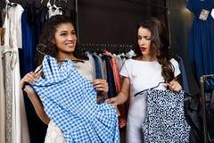 2 молодых красивых девушки делая покупки в моле Стоковые Фотографии RF