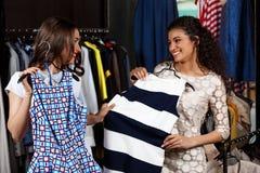2 молодых красивых девушки делая покупки в моле Стоковое Изображение