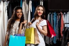 2 молодых красивых девушки делая покупки в моле Стоковое фото RF