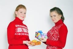2 молодых красивых девушки с подарками Стоковые Фотографии RF