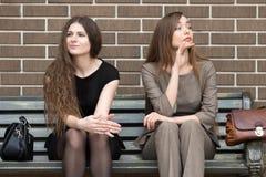 2 молодых красивых женских соперника на стенде Стоковое Изображение