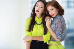 2 молодых красивых женщины на улице в городе Стоковое фото RF