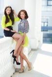 2 молодых красивых женщины на улице в городе Стоковая Фотография RF