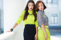 2 молодых красивых женщины на улице в городе Стоковые Фотографии RF