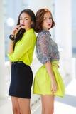 2 молодых красивых женщины на улице в городе Стоковое Изображение