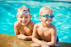 2 молодых мальчика имея потеху на бассейне Стоковая Фотография RF