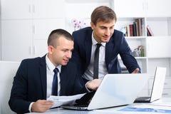 2 молодых менеджера в офисе Стоковые Фото