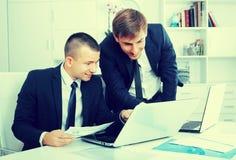 2 молодых менеджера в офисе Стоковое Фото