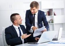 2 молодых менеджера в офисе Стоковое фото RF
