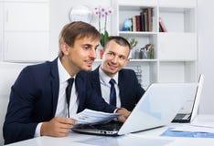 2 молодых менеджера в офисе Стоковые Изображения RF