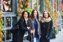 3 молодых милых девушки имея потеху совместно на прогулке города Образ жизни Стоковые Изображения