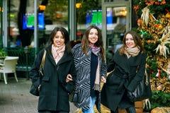 3 молодых милых девушки имея потеху совместно на прогулке города Образ жизни Стоковая Фотография