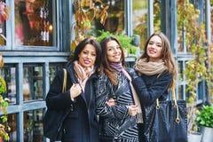 3 молодых милых девушки имея потеху совместно на прогулке города Образ жизни Стоковое Фото