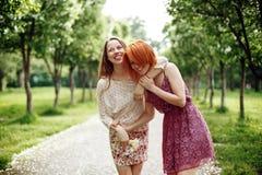 2 молодых милых девушки имея потеху Outdoors Стоковое фото RF