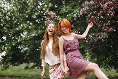 2 молодых милых девушки имея потеху Outdoors Стоковые Изображения