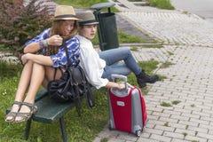 2 молодых милых девушки пока путешествующ каникула территории лета katya krasnodar Стоковое Фото