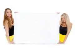 Молодые женщины с пустой доской для текста. Стоковое Изображение RF