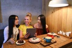 3 молодых милых подруги девушки тараторят, злословящ, secr доли Стоковая Фотография