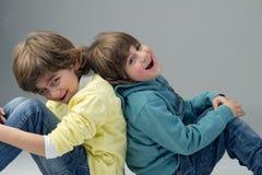 2 молодых модных брать имея потеху Стоковые Изображения RF