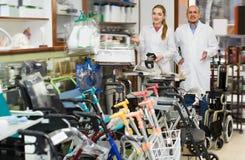 2 молодых доктора представляя в протезном магазине Стоковая Фотография RF