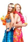 2 молодых подруги в бикини в гаваиском изображении с коктеилями Стоковое Фото
