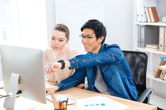2 молодых предпринимателя работая в офисе совместно Стоковое фото RF