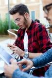 2 молодых предпринимателя работая на кофейне Стоковое Фото