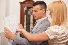 2 молодых привлекательных архитектора обсуждая дизайн Стоковые Изображения