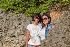 2 молодых привлекательных женщины около океана на летний день Тропический остров Бали, Индонезия Стоковые Фото