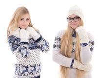 2 молодых привлекательных подруги в одеждах зимы изолированных на w Стоковые Фото