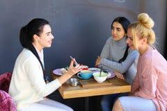 3 молодых пышных подруги девушки тараторят, злословящ, sha Стоковое Изображение