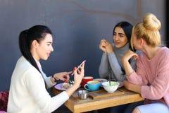 3 молодых пышных подруги девушки тараторят, злословящ, sha Стоковые Фото