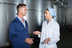 2 молодых работника винодельни в форме Стоковая Фотография RF