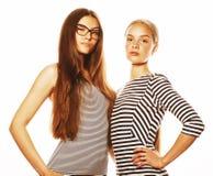 2 молодых работника изолированного на белизне, такие же платья в прокладке Стоковая Фотография RF
