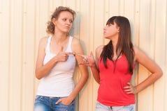 2 молодых друз имея потеху outdoors Стоковая Фотография RF