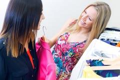 2 молодых друз ища одежды в магазине Стоковое Изображение RF
